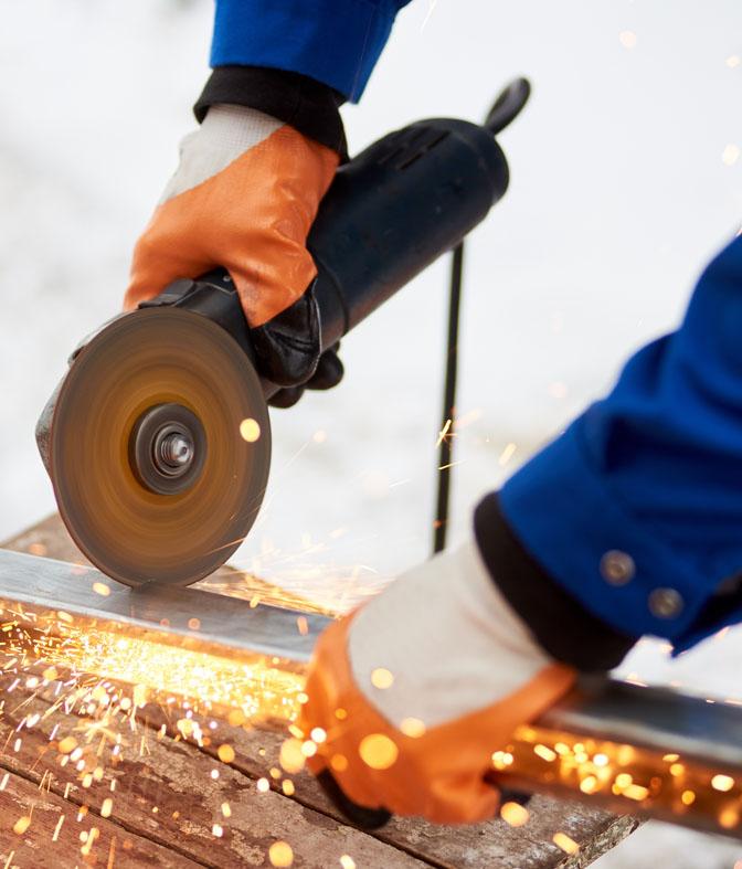 Schweißer verwendete Schleifstein auf Stahl in der Fabrik mit Funken